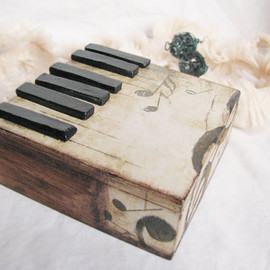 Grimme - Rustic vintage style romantic piano little music style box with volumetric black keys and rusty solo-key, Autumn must have