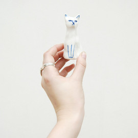 Kaye Blegvad - Porcelain cat. Made by Kaye Blegvad.