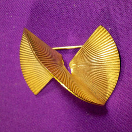 MIRIAM HASKELL - VINTAGE MIRIAM HASKELL BROOCH PIN TWISTED PLEATED RIBBON/CIRCLE