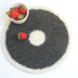Luulla - Felted placemat - Organic series - Cream and dark gray