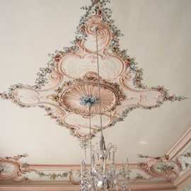 Setting Inspiration: ceiling and chandelier #DearTopshop
