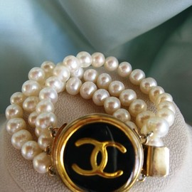 CHANEL - Vintage button fresh water pearl bracelet
