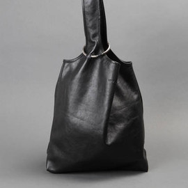 LUTZ HUELLE - LEATHER BAG WITH A METAL RING CLOSURE