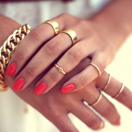 neon nail/gold jewerly