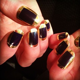 gold&black nails.