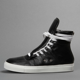 KRISVANASSCHE - HIGH TOP SNEAKERS IN LEATHER WITH A WHITE LACE UP FRONT, A BACK ZIP CLOSURE AND A WHITE RUBBER SOLE