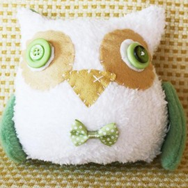 Luulla - BOObeloobie Orli the Owl in Olive Green, White and Cream with a yellow beak and wing detail