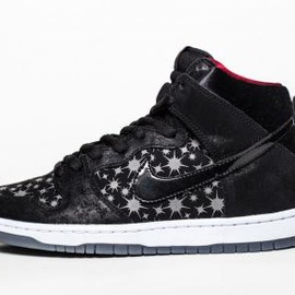 NIKE SB - BROOKLYN PROJECTS × NIKE SB DUNK HIGH PREMIUM BLACK/BLACK-VALIANT RED