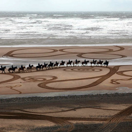 EVEWRIGHT - Walking Drawings on Sand