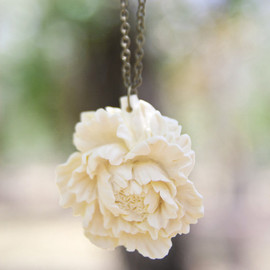 Luulla - Cream-Ivory Peony Flower Necklace Vintage Style - Milk and Honey