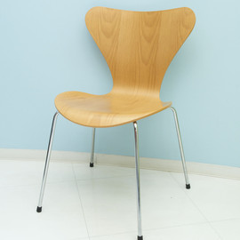 Fritz Hansen - Seven Chair Designed by Arne Jacobsen