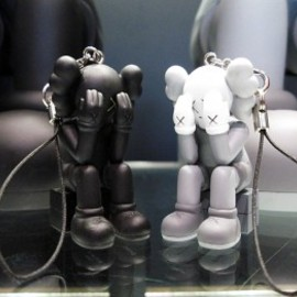 OriginalFake - KAWS COMPANION (PASSING THROUGH) KEYHOLDER – GRAY / BLACK