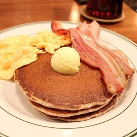 BROOKLYN PANCAKE HOUSE - パンケーキ with ベーコン&エッグ
