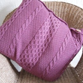 Luulla - Pink Cushion / Pillow Throw . Recycled raspberry pink cable cover knitted with flowery wooden buttons. Upcycled
