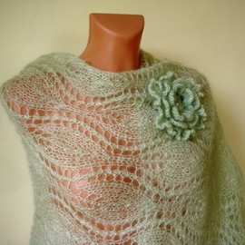 Luulla - READY TO SHIP Light green knitted shawl with flower brooch