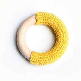 赤ちゃんおもちゃ - SUNNY YELLOW crochet teething ring.