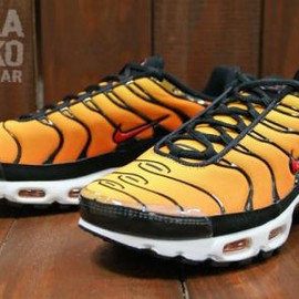 NIKE - NIKE AIR MAX PLUS TOUR YELLOW/TEAM ORANGE-BALCK