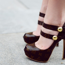 LOUIS VUITTON - heels.