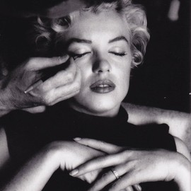 Marilyn Monroe - Marilyn Monroe, Whitey putting on makeup