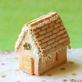 Luulla - Dollhouse Miniature Food - White Christmas Gingerbread House