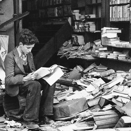 maudelynn:    A boy sits reading in a bombed bookstore, London, October 8 1940    via http://www.theatlantic.com  出典: maudelynn