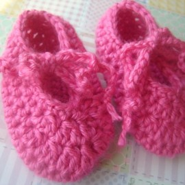 Luulla - Strawberry Crochet Baby Shoes 6 to 9 months in soft and bright acrylic yarn