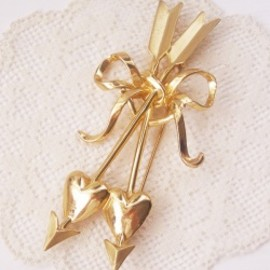 "Vintage ""ARROW HEART & RIBBON"" Brooch"