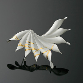 Chao-Hsien Kuo - Brooch: Snow Flower with Golden Stripes