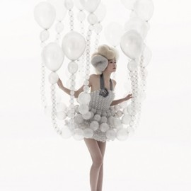 Rie Hosokai (Daisy Balloon) - Haute Couture Dress made from Balloons, White