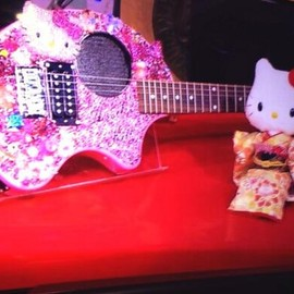FERNANDES - hello kitty electric guitar | aviril lavigne got as a gift