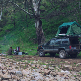 Chrysler - Jeep Cherokee camping