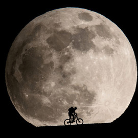 Philipp Schmidli - silhouettes-in-a-giant-moonrise
