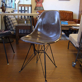 Herman Miller - Eames side shell chair (brown)
