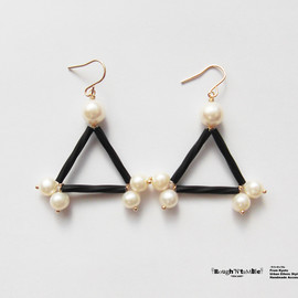 Rough'N'tumble - Black&pearl triangle pierce