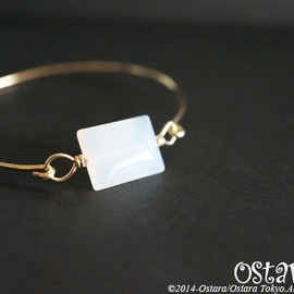 Ostara - 14k Gold Filled Wire Bangle with Power Stone/White Chalcedony