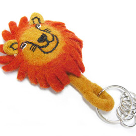 DETAIL - felt animal key ring / lion