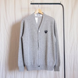 PLAY COMME des GARCONS - 紡毛ラムウール天竺カーディガン 黒エンブレム #top light gray