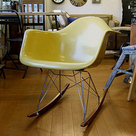 Herman Miller - Eames arm shell chair (Mustard)