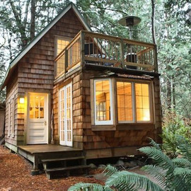 small home - small cabin with upstairs balcony 01   Tiny Cabin with Balcony and Small Space Ideas Galore