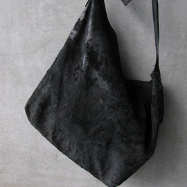 ANN DEMEULEMEESTER - black distressed leather slouchy sling bag