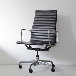 Herman Miller - Aluminum Group Chair by Charles & Ray Eames