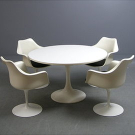 Eero Saarinen - Tulip Dining Set by Eero Saarinen at Decopedia