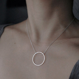 Singular rolling Oh silver necklace