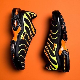 NIKE - Air Max Plus [Black Volt Orange]