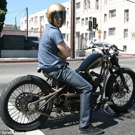Harley-Davidson !? - ブラットピットのバイク Another from the collection: Brad at traffic lights on a different bike last week