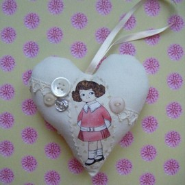 Luulla - Vintage Button Hanging Heart