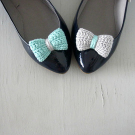 Luulla - Opposites attract. Crochet bow shoe clips. Mint and grey.