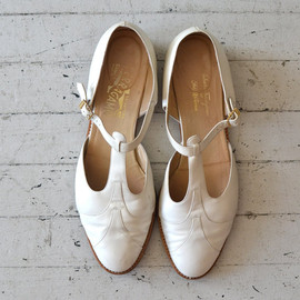 vintage Ferragamo shoes / white leather t-strap shoes / t-bar shoes