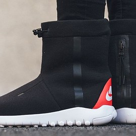 NIKE - Tech Fleece Boot - Black/White/Challenge Red