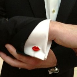 RED: BLACK: kiss, cuffs pin